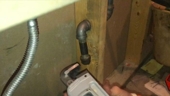 Tighten gas pipe cap onto gas line.